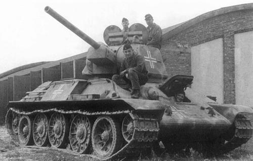 Картинки по запросу Т-34 с 2 открытыми люками
