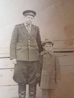 Алексей Чеглаков с сыном Владимиром. Участник поисков в составе Вижайского отряда п/я 240, служил в Вижайском ИТЛ начальником отряда