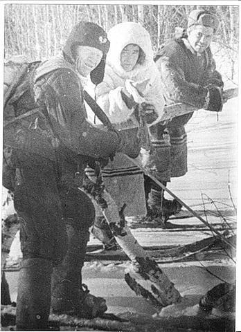 Слева направо лесник Пашин, неизвестный манси, Чеглаков во время происков группы Дятлова