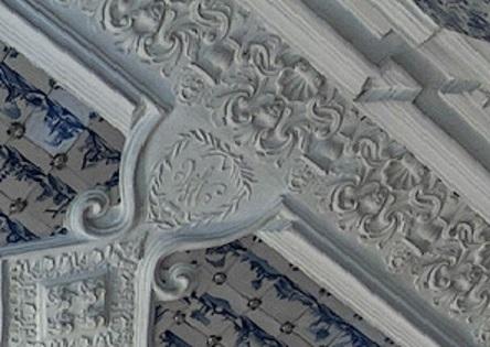 Вензель на потолке Меньшиковского Дворца в Санкт-Петербурге