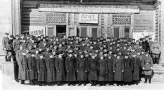 Офицеры Ивдельлага. У дома культуры. Фото 1959